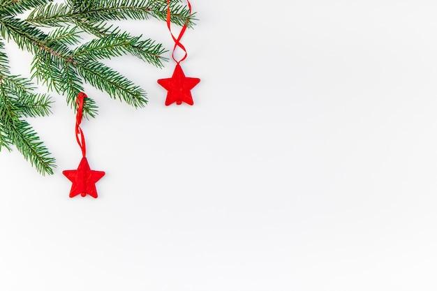 Galho de árvore de abeto de natal em fundo branco