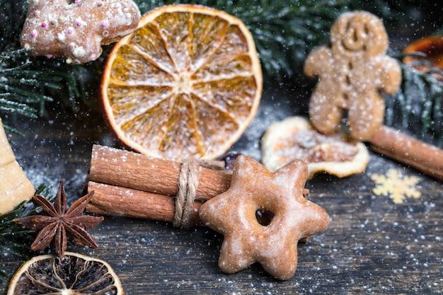 Galho de árvore de natal, decoração festiva, frutas secas, biscoitos caseiros e especiarias sazonais tradicionais,