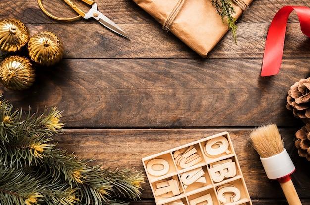 Galho de coníferas, caixa de presente e cartas