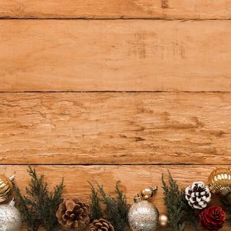 Galho de coníferas decorado senões e bugigangas