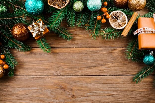 Galho de natal com bolas de enfeite e caixas de presentes