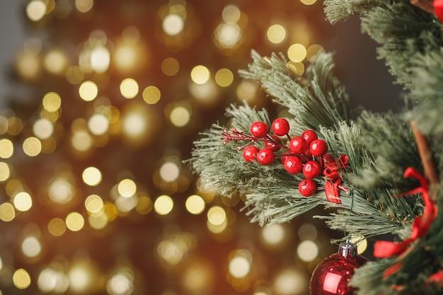 Galho de pinheiro de natal com decoração