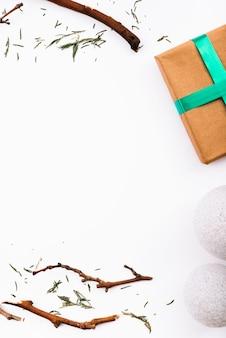 Galhos, bolas de neve e caixa de presente