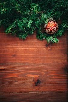 Galhos de árvore de ano novo com fundo de madeira