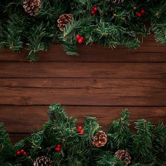 Galhos de árvore de natal com fundo de madeira