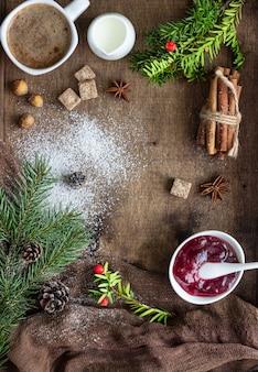 Galhos de árvore de natal, cones, geléia, especiarias e café