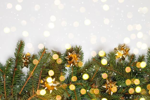 Galhos de árvore de natal de pinho verde ecológico natural com luz bokeh
