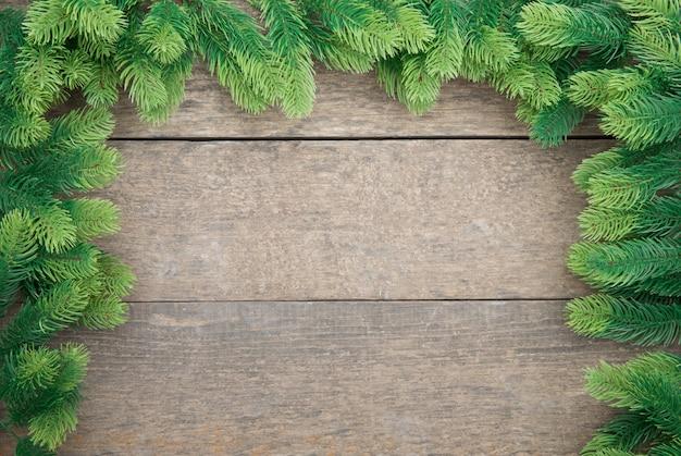 Galhos de árvore de natal no chão de madeira
