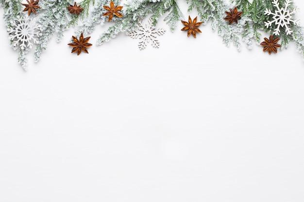 Galhos de árvore do abeto branco de natal com decorações de estrelas.