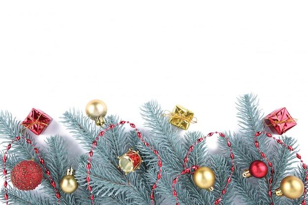 Galhos de árvore do abeto com decoração de natal em um fundo branco