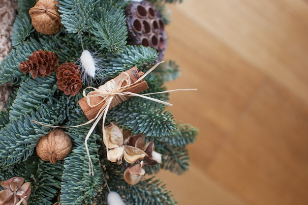 Galhos de árvore do abeto com decorações de natal em fundo de madeira, espaço para texto, configuração plana. decoração de ano novo e natal.