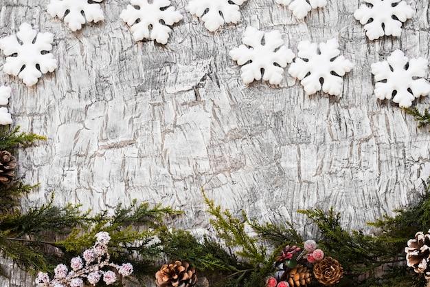 Galhos de árvore do abeto com flocos de neve