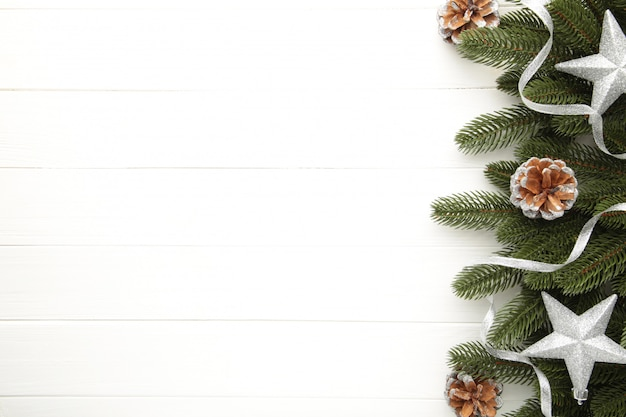 Galhos de árvore do abeto com prata decoração de natal em um fundo branco