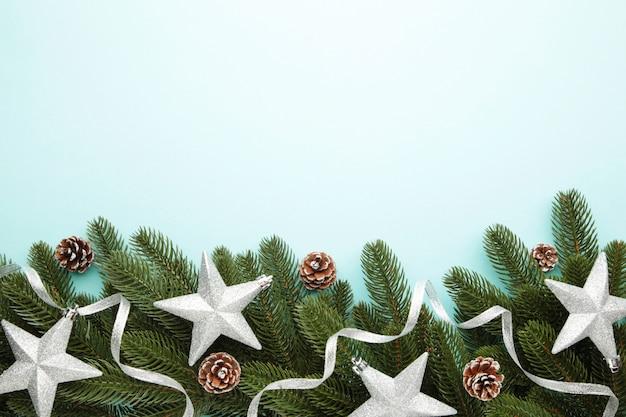 Galhos de árvore do abeto com prata decoração de natal em uma hortelã