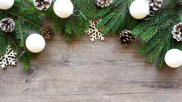 Galhos de árvores de natal com cones de pinheiro e decorações festivas