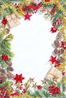 Galhos de árvores de natal com presentes, estrelas e decoração vermelha dourada