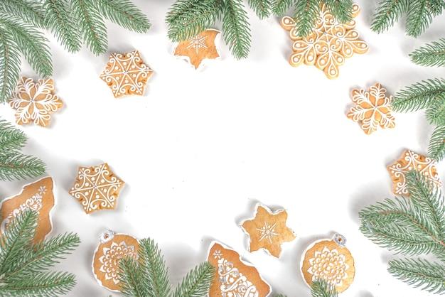 Galhos de árvores de natal e biscoitos caseiros de gengibre