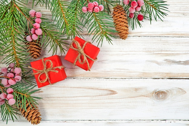 Galhos de árvores de natal e caixas de presente