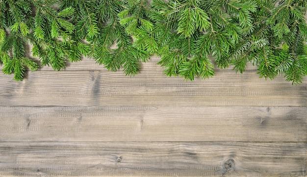 Galhos de árvores de natal em fundo de madeira rústico