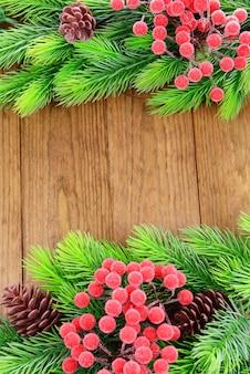 Galhos de árvores de natal em fundo de madeira