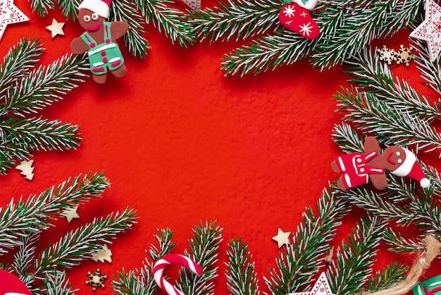 Galhos de árvores de natal em um fundo de madeira. o conceito de presentes e feriados de ano novo. copie o espaço. fundo de madeira vermelho.