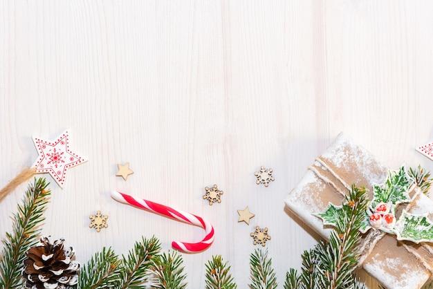Galhos de árvores de natal em um fundo de madeira. o conceito de presentes e feriados de ano novo. copie o espaço.