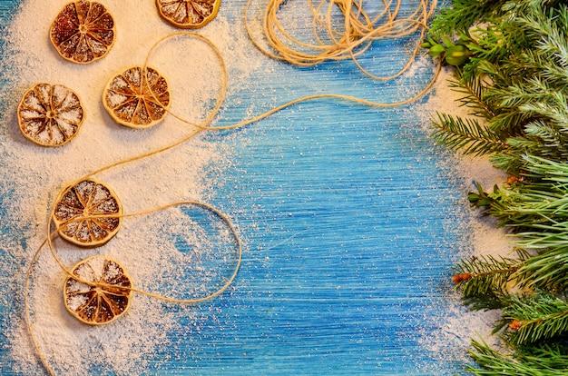 Galhos de pinheiro de natal pinhas e decoração em pranchas de madeira