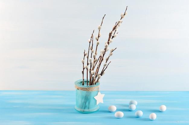 Galhos de salgueiro em vidro azul e ovos de páscoa