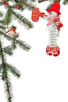 Galhos de uma árvore de abeto natural com brinquedos e outros enfeites de natal em fundo branco isolado