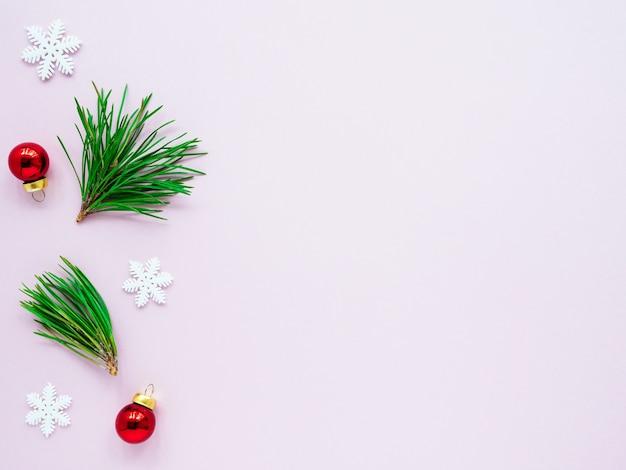 Galhos e decorações verdes de árvores de natal