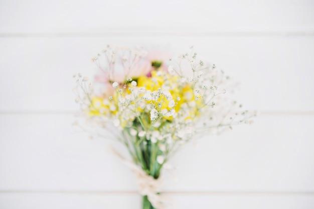 Galhos e flores gentis compostas