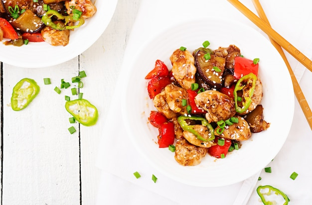 Galinha caseiro de kung pao com pimentas e vegetais. comida chinesa. fritar. vista do topo. lay plana