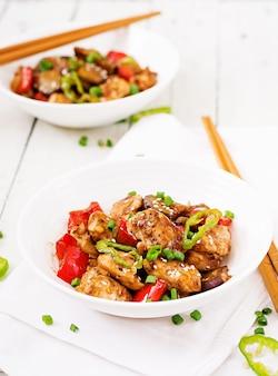 Galinha caseiro de kung pao com pimentas e vegetais. comida chinesa. fritar.