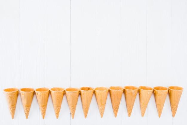 Gama de cones de waffle recém-assados para sorvete