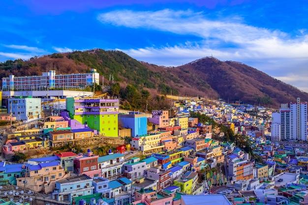 Gamcheon culture village formada por casas construídas em forma de escada no sopé de um litoral