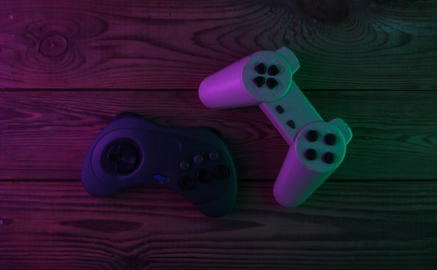 Gamepads retrô com luz neon roxa e verde