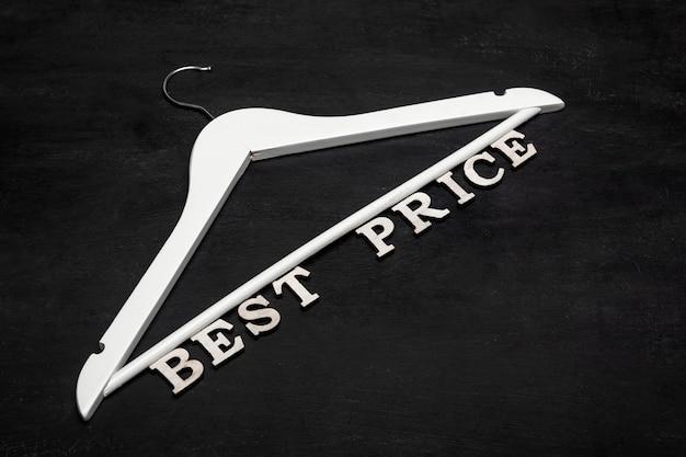 Gancho branco e inscrição de melhor preço em fundo preto. descontos. venda sazonal. oferta especial.