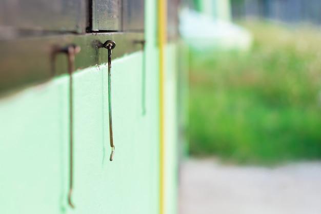 Gancho de porta antigo do foco seletivo com borrão da parte dianteira e da parte traseira. Foto Premium