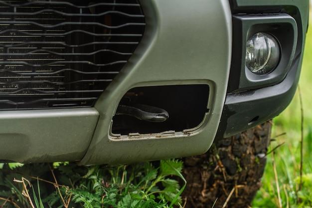 Gancho de reboque de carro close-up vista. enganchar no pára-choque dianteiro de um carro. gancho de reboque para acidente de carro, close-up