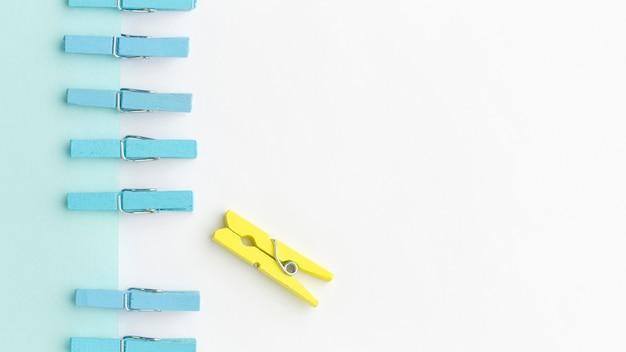 Ganchos azuis e amarelos com espaço para texto
