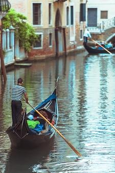 Gandolas nos canais de veneza, conceito de férias de verão