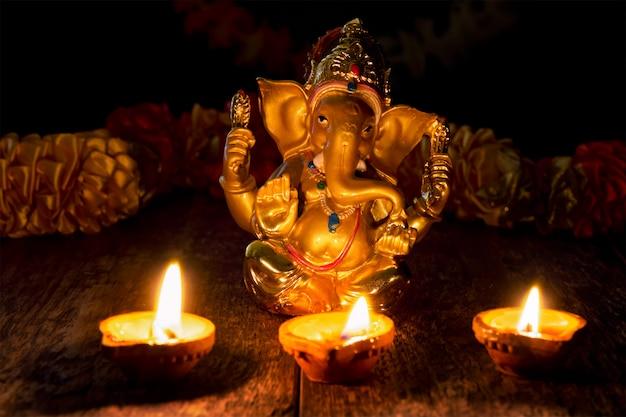 Ganesha com luzes de diwali