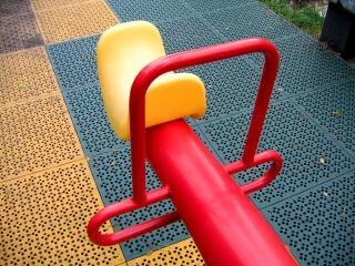 Gangorra moderno, a um parque infantil