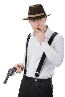 Gangster com armas isolado no branco