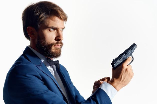 Gangster masculino com uma arma na mão e emoções do estúdio