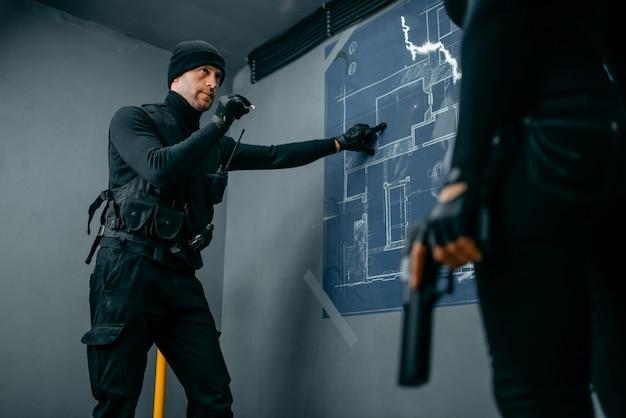 Gangsters se preparando para o roubo do cofre do banco
