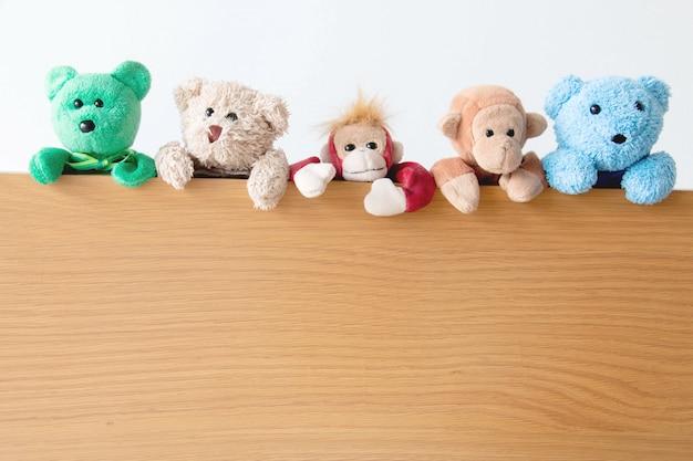 Gangue de ursos de pelúcia e macacos
