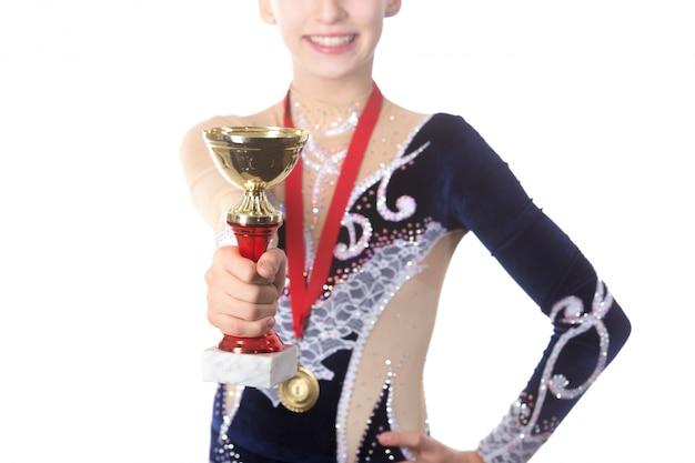 Ganhadora ginasta que mostra prêmio