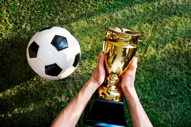 Ganhando um troféu no futebol