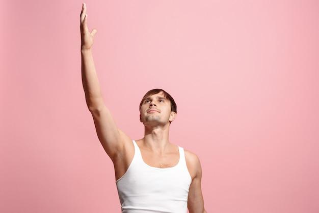 Ganhar sucesso homem feliz em êxtase comemorando ser um vencedor. imagem energética dinâmica do modelo masculino